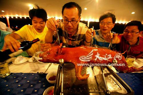 越南烤乳猪在吱吱冒油,让人垂涎欲滴。