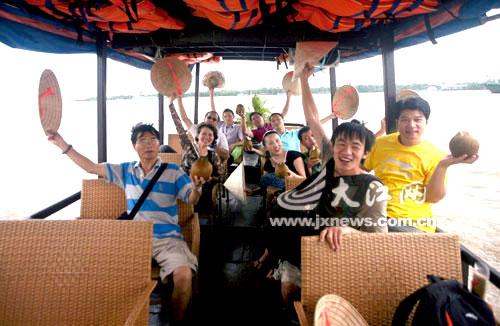 俺们的队伍泛舟湄公河,满船尽是喜悦。
